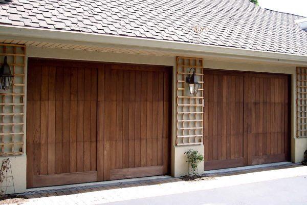 De troeven van houten poorten
